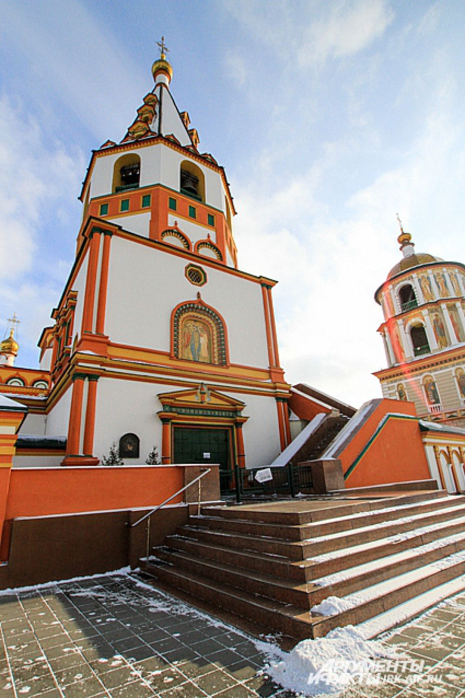 В 1693 на месте нынешнего здания соборабыла основана деревянная церковь, которая сгорела во время пожара 3 августа 1716 года.