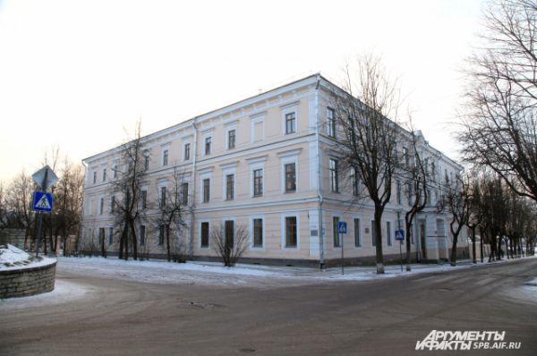Каверин учился в Псковской губернской гимназии 6 лет