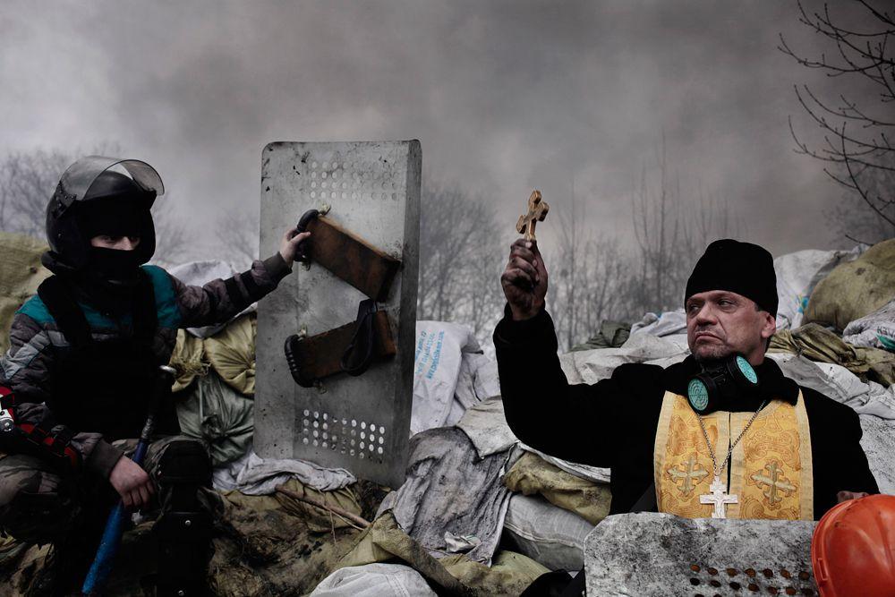 Джером Сессени, французский фотограф агентства Magnum Photos, занял второе место в категории «Новости». На его работе изображен протестующий в Киеве, которые просит о помощи для своего раненного товарища.