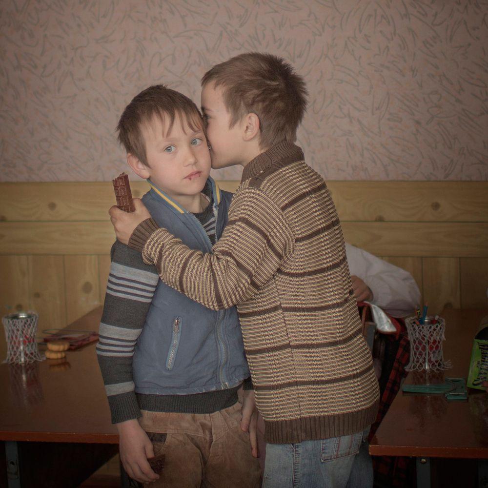 Asa Sjöström, шведский фотограф, работающий для агентства Moment, занял второе место в категории «Повседневная жизнь». На работе изображены братья-близнецы Игорь и Артур, которые раздают конфеты своим одноклассникам в честь своего девятого дня рождения. Город Баронча, Молдова. 24 марта 2014