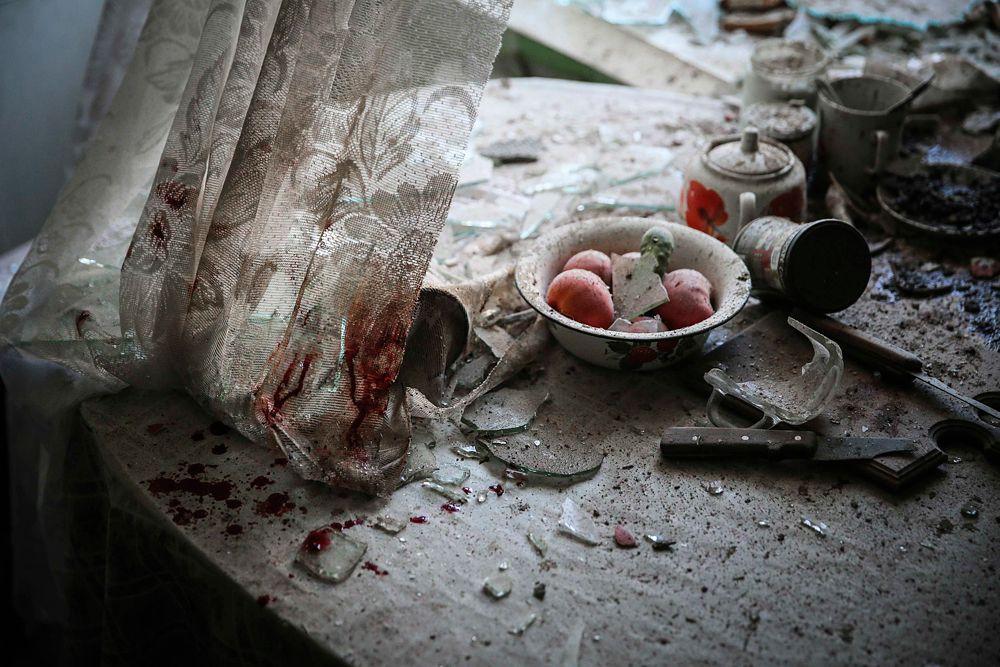 Одним из победителей World Press Photo нынешнего года стал российский фотограф Сергей Ильницкий. Его работа «Кухонный стол», на которой запечатлены последствия обстрела жилого дома в Донецке, получила первый приз в номинации «Новости».
