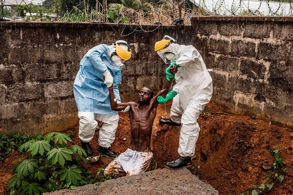 Пит Мюллер, фотограф National Geographic и The Washington Post, выиграл первый приз в категории «Новости». На его работе изображен Центр лечения Эболы, медики которого сопровождают в изолятор сбежавшего больного.