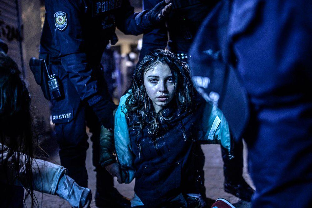 Бюлент Кылыч, фотокорреспондент Agence France-Presse, выиграл первый приз в категории «Новости». На этой работе запечатлена молодая девушка, раненая во время столкновений людей с полицией в Стамбуле.