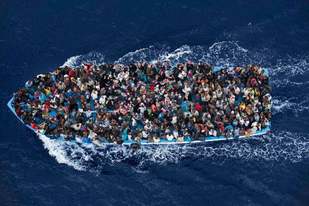 Массимо Сестини, итальянский фотограф, занял второе место в категории «Знакомства». На его фотографии изображены люди, которые потерпели кораблекрушение в 32 км к северу от Ливии. Потерпевших тогда подобрал фрегат ВМС Италии.