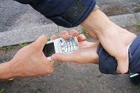 Неизвестный украл телефон у школьницы.