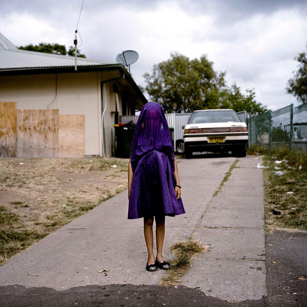 Фотограф Рафаэла Розелла из Австралии выиграла первый приз в категории «Портреты». На работе изображена девочка, которая ждет в ее фиолетовом платье автобус в воскресную школу в Мори, Новый Южный Уэльс, Австралия.