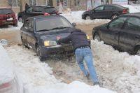 У нижегородских водителей сильна взаимовыручка. Иначе в заснеженном городе никак!