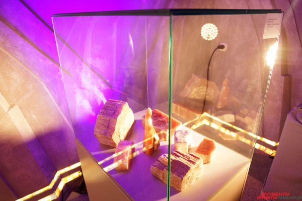 В селенитовой комнате будет представлена музейная коллекция камнерезного искусства Прикамья. Экспонаты сделаны не только из селенита, но и из других мягких поделочных камней: белого гипса и талькохлорита.