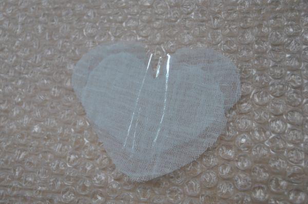 Работаем на плёнке. Полиэтиленовое сердечко прокладываем между марлиевыми, потом его будем вытаскивать и освобожадть пространство для «секретика».