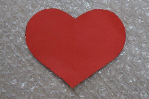 Это бумажный эскиз будущей валентинки размером примерно 5 на 5 сантимеров.