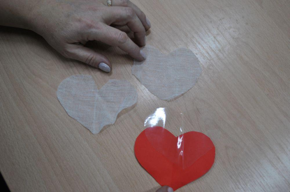 Вырезаем по образцу из полиэтилена заготовку сердечка нужного размера и две такие же  из марли.