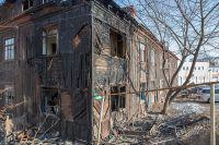 Дом уже наполовину сгорел, а люди продолжают в нём жить.