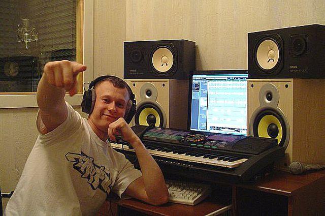 Данил Синельников в студии звукозаписи.