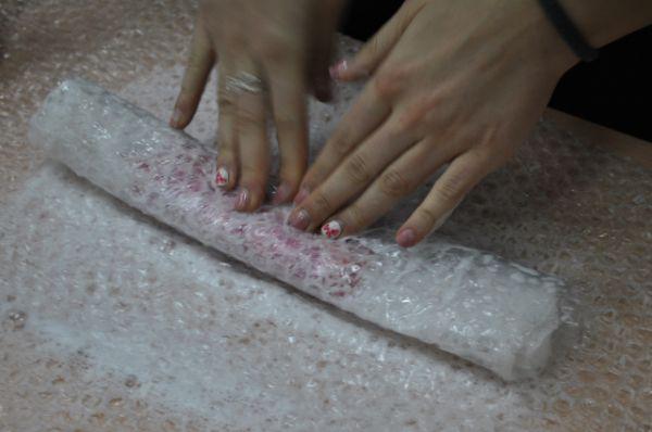 Открываем плёнку, переворачиваем будущее изделие и декорируем другую - нижнуюю сторону. Поливаем мыльным раствором. Продолжаем тереть и катать, пока не образуется однородное плотное полотно.