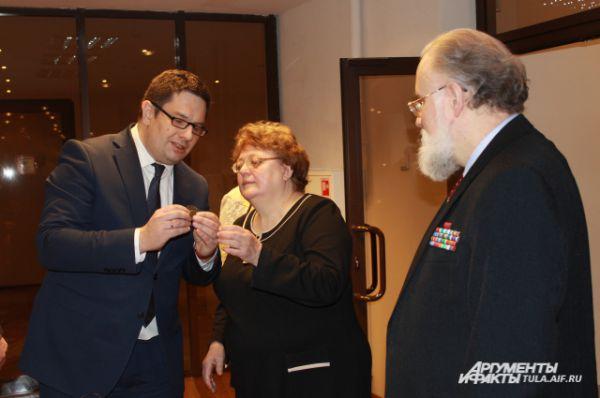 Председатель облизбиркома Сергей Костенко рассказал историю находки знака старосты 1861 года.