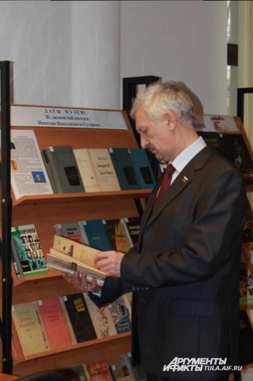 Зампредседателя облизбиркома Александр Машков, известный как многочитающий человек, сразу заинтересовался книгами, подаренными музею.