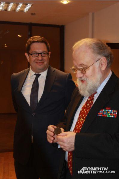 Председатель облизбиркома Сергей Костенко передал Чурову нагрудный знак старосты 1861 года с вензелем императора Александра II