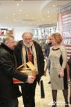 Секретарь облизбиркома Николай Климов помогает Владимиру Чурову нести подарки