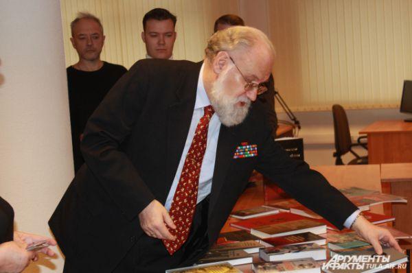 Владимир Чуров подарил Музею оружию порядка 200 книг