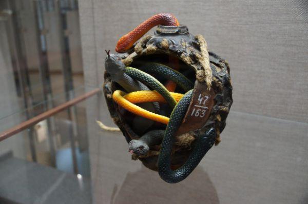 Примерно так выглядела античная бомба - горшочек с ядовитыми змеями.