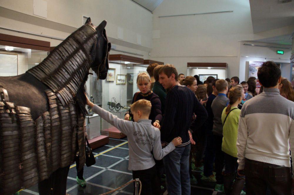 Звезда выставки - лошадь в уникальных доспехах.