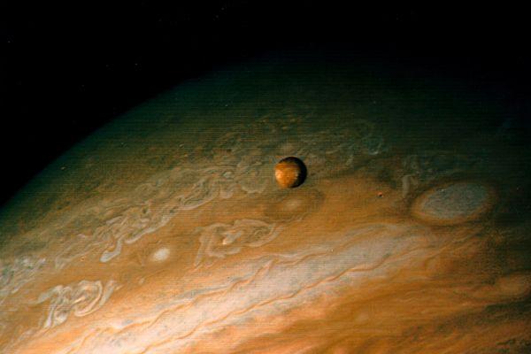 Юпитер со своим спутником Ио. «Вояджер-1», 1979 год.