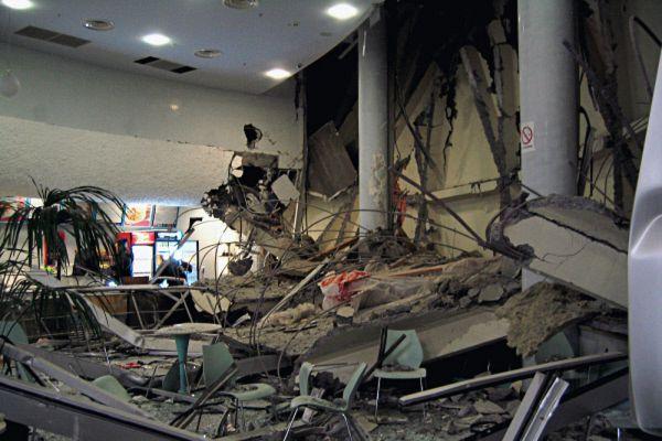 Уже во время проведения спасательных работ рухнула еще одна часть купола — фрагмент козырька. Никто не пострадал.