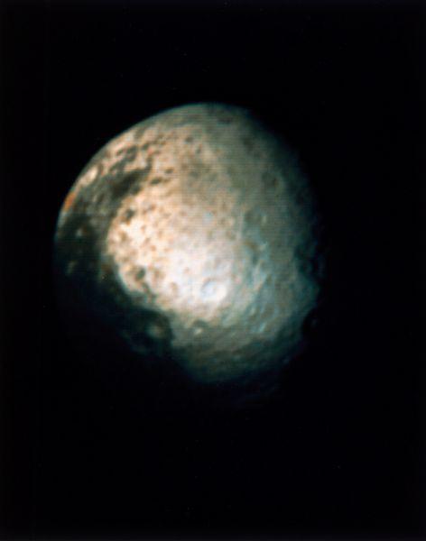 Япет — третий по величине спутник Сатурна и двадцать четвёртый по расстоянию от него из 62 известных его спутников. Снимок сделан в 1981 году зондом «Вояджер-2».