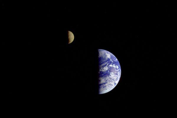 Первый кадр космического зондома «Вояджер-1». 18 сентября 1977 года. Фотография сделана на расстоянии 7 250 000 миль от Земли. Этот кадр состоит из трех снимков, сполученных с помощью цветовых фильтров.