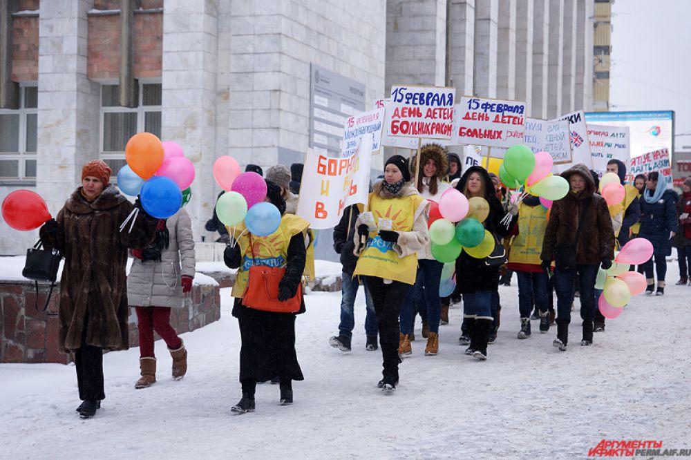 Участники мирного марша, в основном, волонтеры движения, школьники и их родители, одетые в желтые манишки, с транспортами («Им можно помочь», «Они могут стать здоровыми» и другие) и яркими шариками прошлись по улице Ленина.