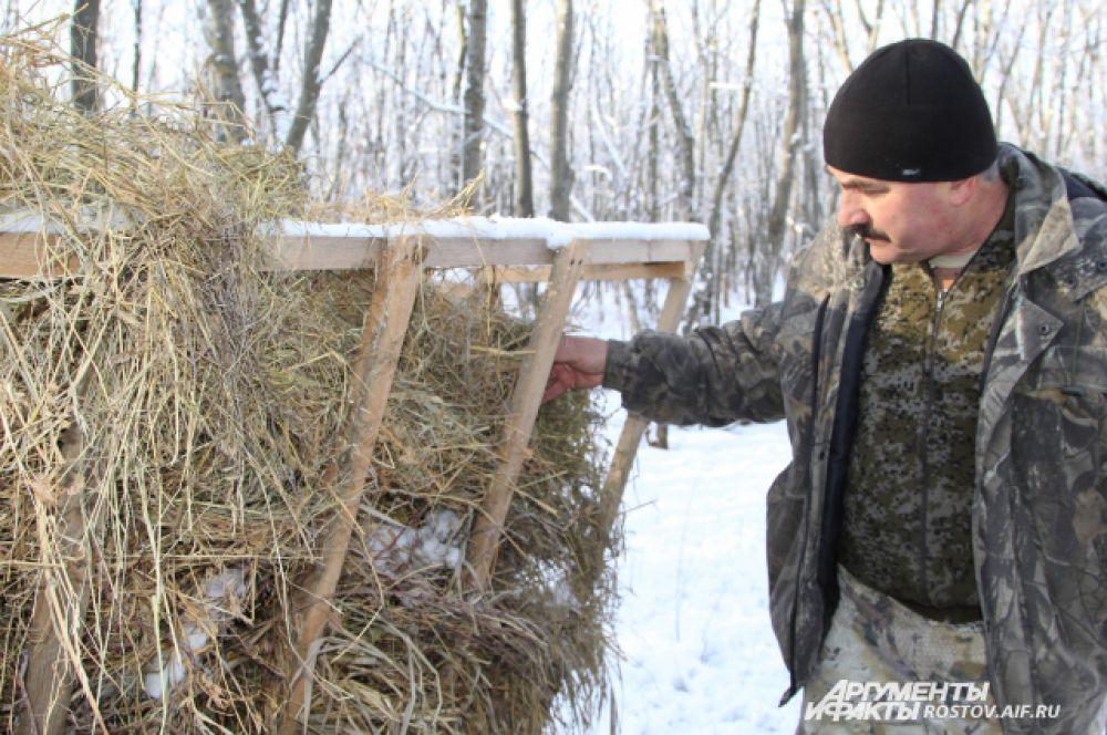 Начальник отдела охраны «Горненского» природного заказника Виктор Пантелейчук проверяет, чтобы сено было влажным, так его лучше едят косули.