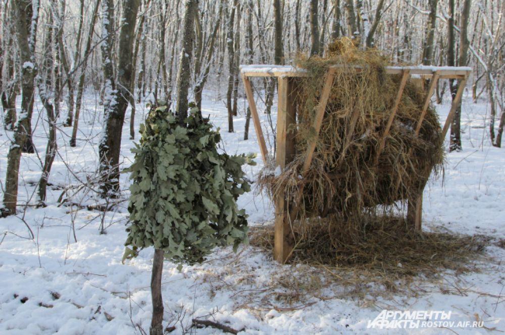 Кормушка, заложенная сеном, древесный веник из дуба.