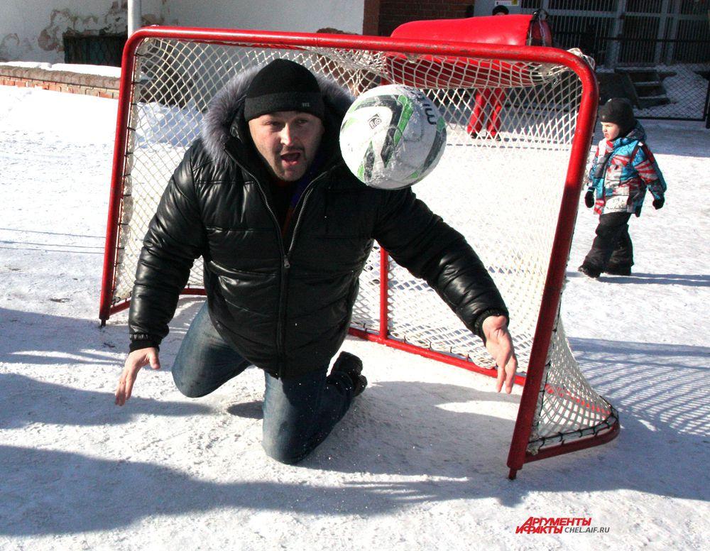 Стронгмен Эльбрус Нигматуллин защищает ворота