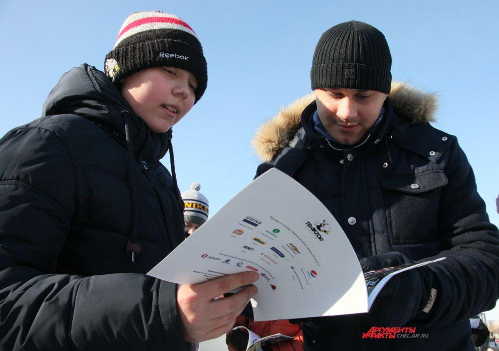 Евгений Катичев даёт автограф