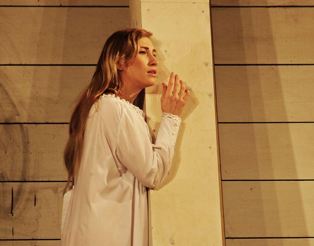 Душа Катерины с самого начала спектакля живёт отдельной жизнью, предчувствуя трагедию.