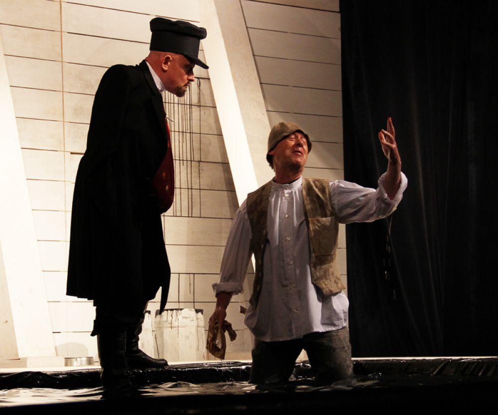 Доморощенный механик Кулигин выпрашивает у Савела Прокофьевича червонец на благо города.