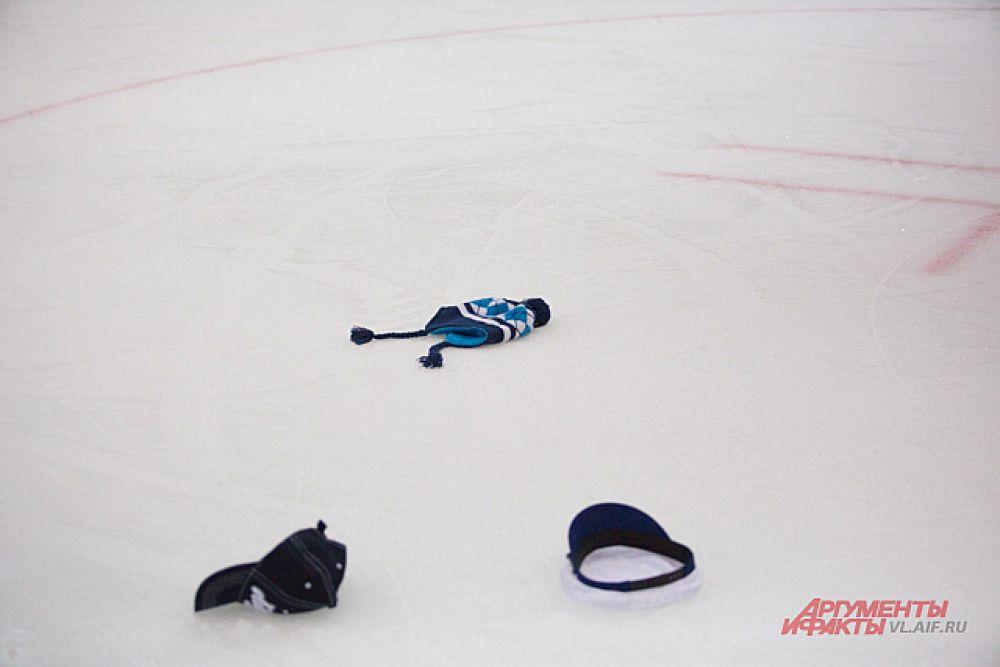 Болельщики, за неимением цветов, кидали на лёд личные вещи.
