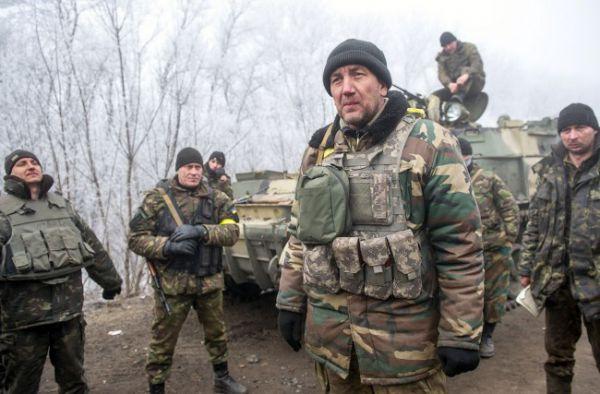Украинские военные играют в футбол на передовой возле Дебальцево