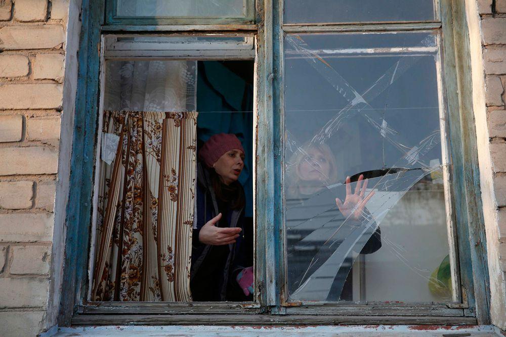 Жители Донецка после обстрела.