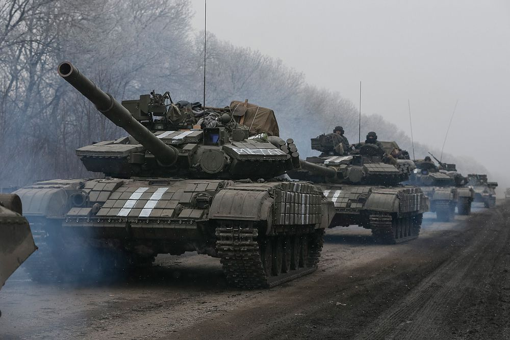 Глава ДНР Александр Захарченко потребовал от украинских силовиков организованно и без оружия покинуть дебальцевский котел. В противном случае, по словам лидера ополченцев, все окруженные военные будут уничтожены.