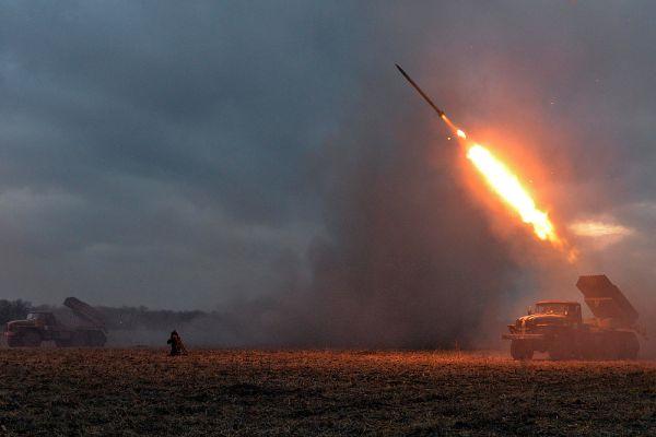 В то же время, в понедельник в минобороны ДНР сообщило об обстрелах со стороны противника. «За минувшие сутки украинская армия 27 раз нарушила перемирие. Обстрелам подверглись Докучаевск, Горловка и окраины Донецка. В Докучаевске пострадали двое гражданских. Это лишний раз подтверждает, что Украина не хочет перемирия», — заявил на брифинге замкомандующего корпусом минобороны ДНР Эдуард Басурин.