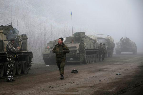 Он добавил, что накануне вечером была попытка прорыва батальонов «Азов» и «Днепр» в районе Широкино на мариупольском направлении. «В результате чего противник потерял одного человека убитым и 90 ранеными. Также зафиксирована попытка прорыва колонны в Дебальцево. Она была пресечена. Осуществлялись обстрелы украинской стороной в том районе»