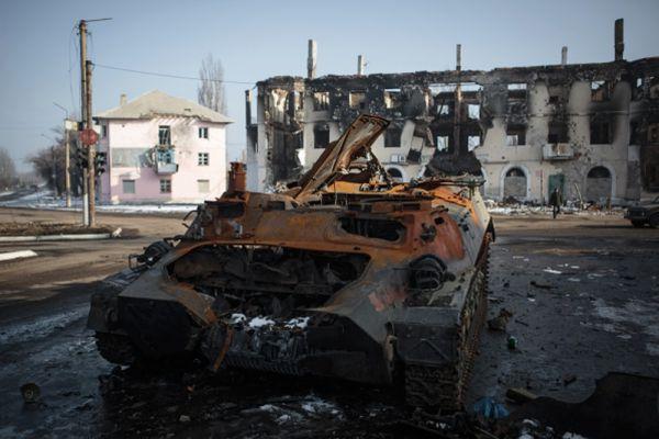 Сгоревшая военная техника в Горловке в Донецкой области.