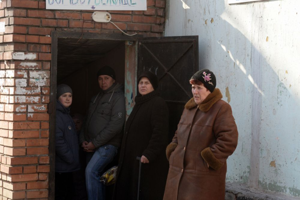 Жители Донецка у входа в бомбоубежище.