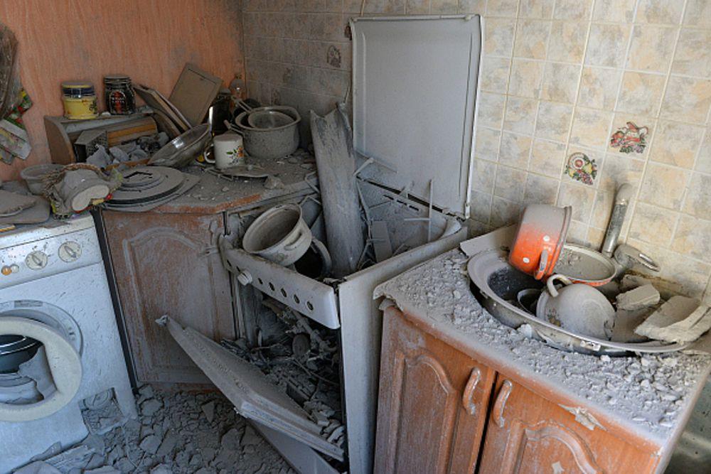 Разрушенная кухня в доме, пострадавшем от обстрела Донецка.