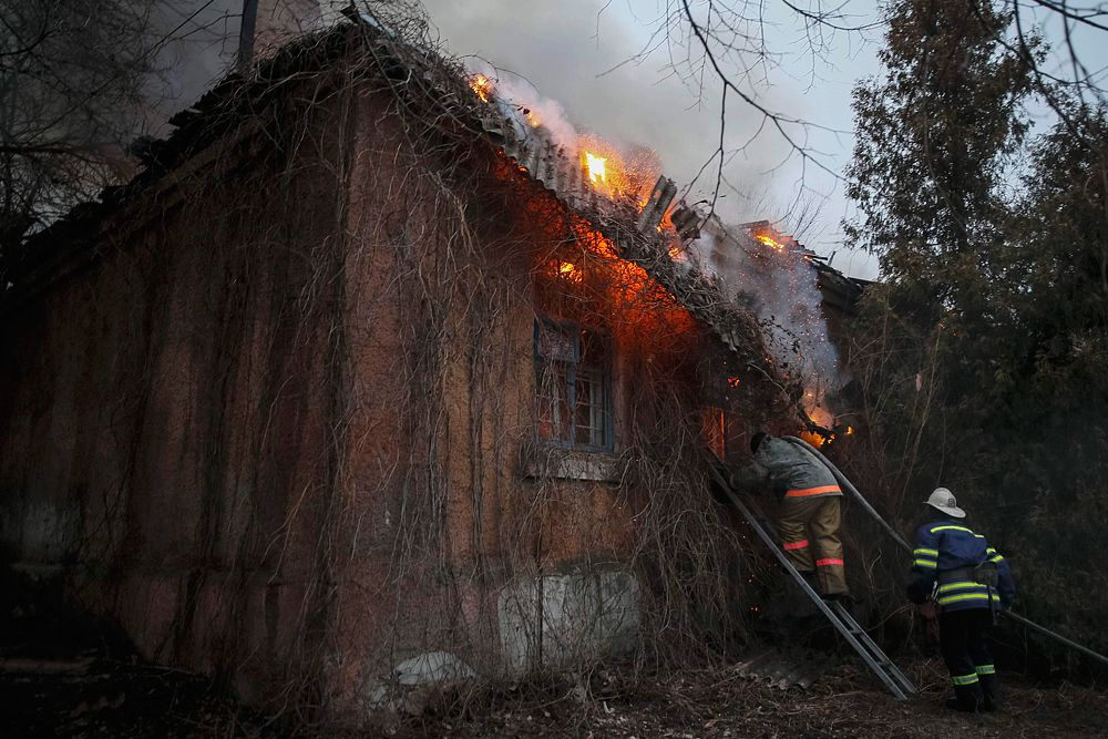 Здание после обстрела в Артемовске.
