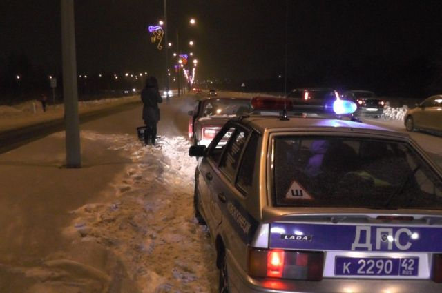 Инспекторы ДПС помогли водителю на дороге.