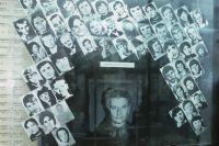 Центральный музей МВД РФ. Серийный убийца, маньяк Андрей Чикатило, убивший с особой жестокостью 53 человека. Рядом с его фотографией размещены фотоснимки его жертв.
