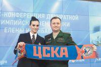 Михаил Барышев вручил вновь зачисленной в клуб Елене Исинбаевой фирменный шарф.
