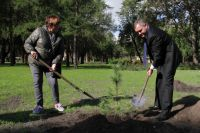 Д. Кобицкий и С. Малахова посадили молодые кедры